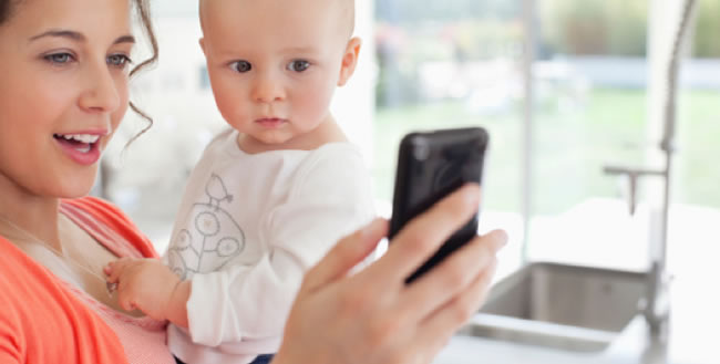 Mama con bebe y smartphone