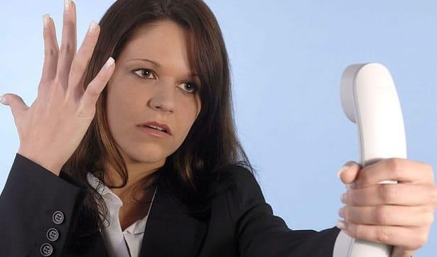 Mujer con telefono infeliz