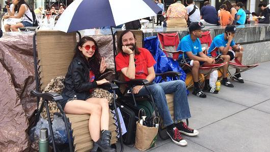 Jason y Moon Ray hacen la fila por el iPhone 6 en la Apple Store de New York.
